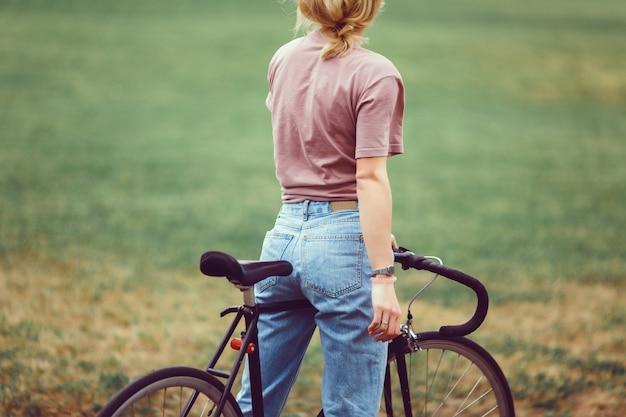 Femme avec vélo