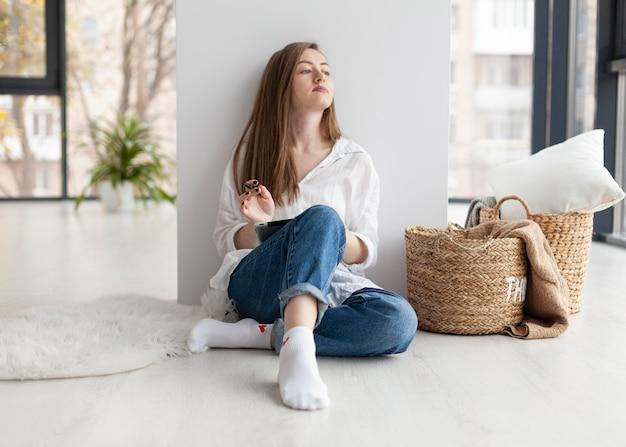 Femme à venir avec de nouvelles idées pour un blog à l'intérieur