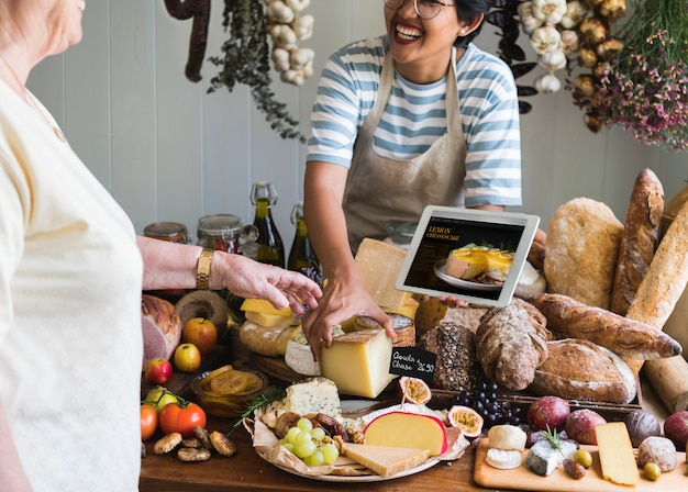 Femme, vente, fromage, épicerie fine