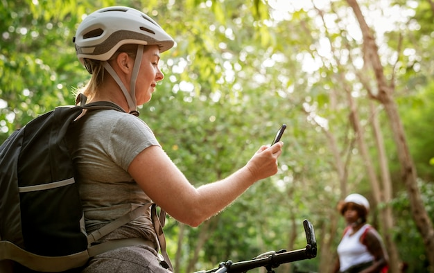 Femme vérifiant la carte gps