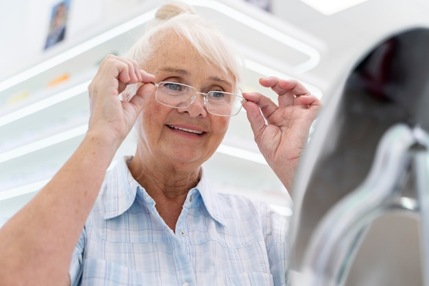 Femme vérifiant de nouvelles lunettes
