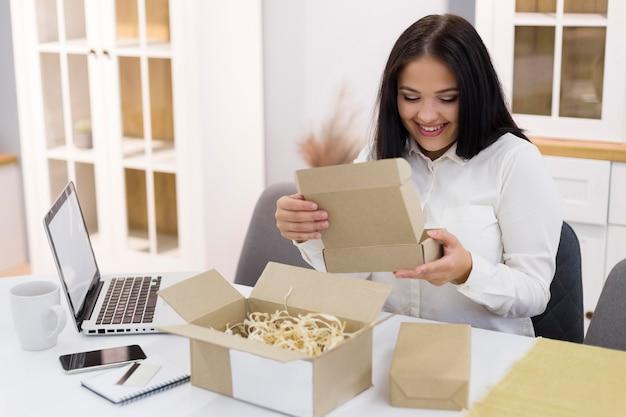 Femme vérifiant son nouvel achat lors de l'événement du cyber lundi