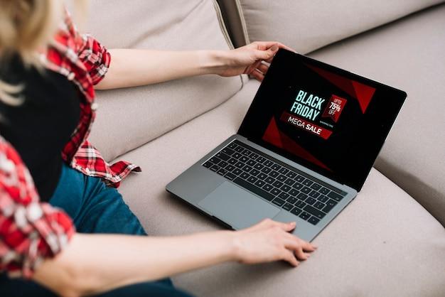 Femme vérifiant les ventes en ligne le vendredi noir