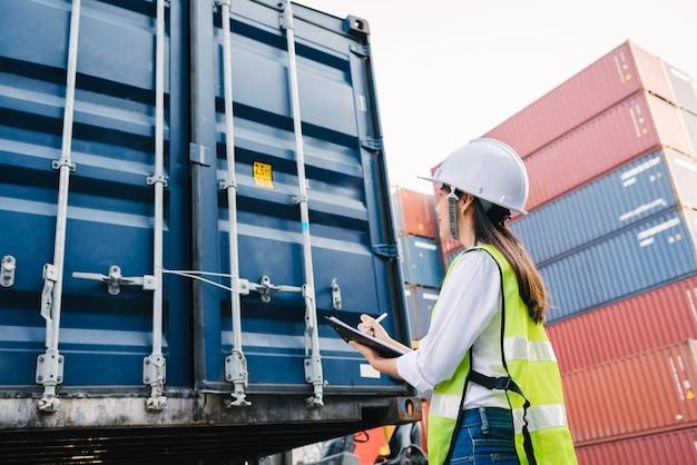 Femme, vérification, conteneur, boîte, logistique