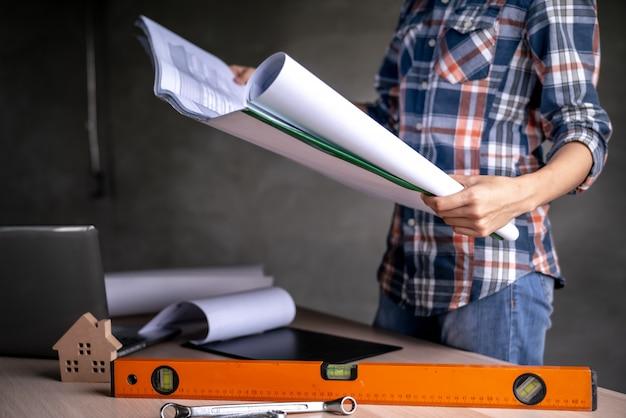 Femme, vérification, documents, bureau
