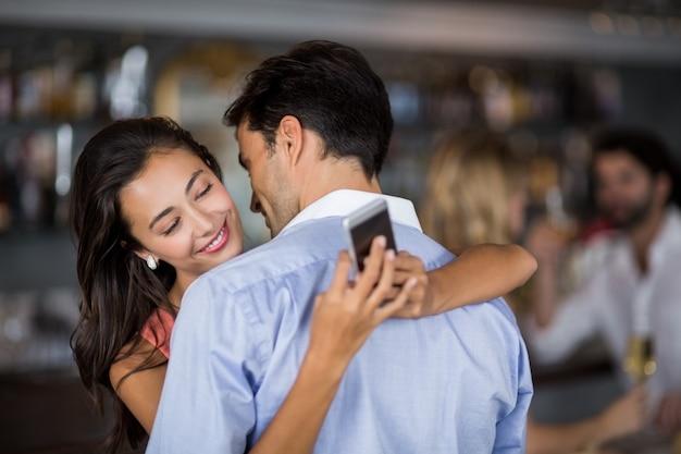 Femme, vérification, mobile, téléphone, quoique, embrasser, homme
