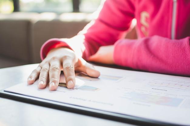 La femme vérifie le rapport d'activité au bureau