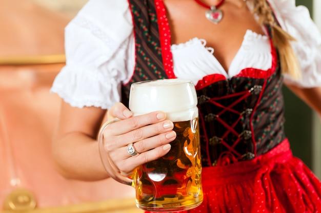 Femme, à, verre bière, dans, brasserie