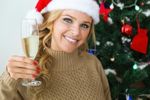 Femme avec un verre de champagne