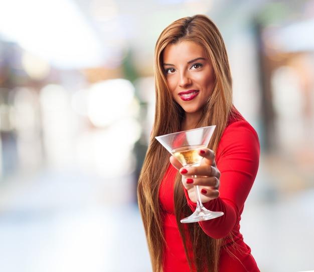 Femme avec un verre dans un centre commercial