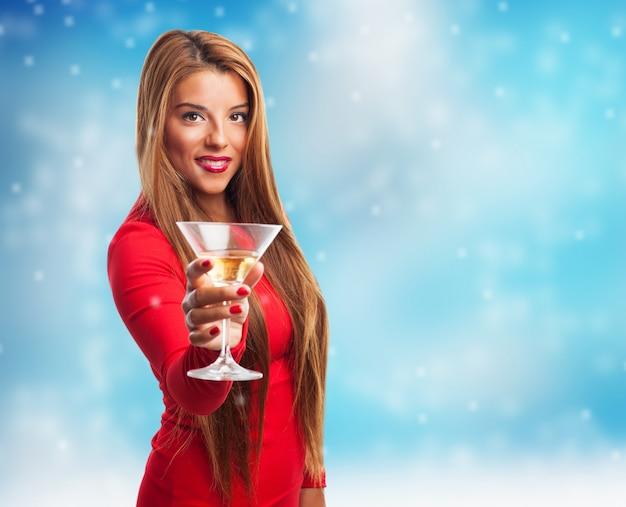 Femme avec un verre tout en neige