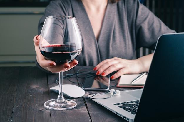 Femme, à, verre vin rouge