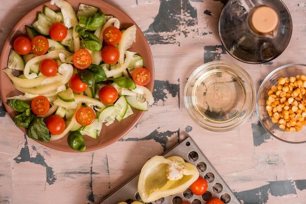 Femme, verser, moutarde miel, vinaigrette, bol, salade fraîche, table