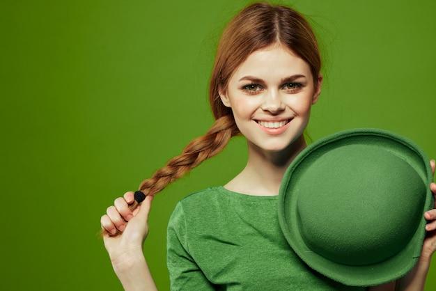 Femme en vert, saint-patrick, trèfle à quatre feuilles vert, espace vert