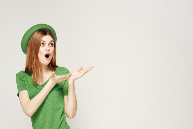Femme en vert, saint-patrick, trèfle à quatre feuilles vert