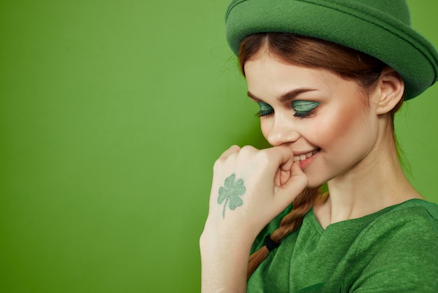 Femme en vert, saint-patrick, vert trèfle à quatre feuilles, vert