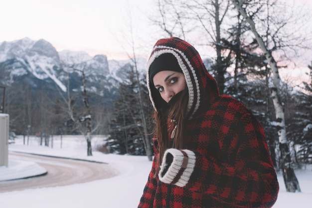 Femme en veste chaude sur fond de nature