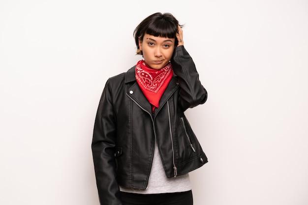 Femme avec une veste en cuir et un mouchoir avec une expression
