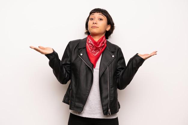Femme avec une veste en cuir et un mouchoir malheureux et frustré