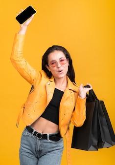 Femme en veste jaune être heureux