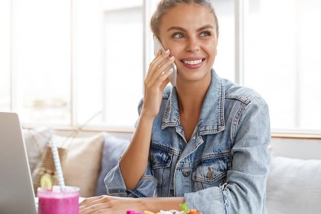 Femme en veste en jean élégante dans un café