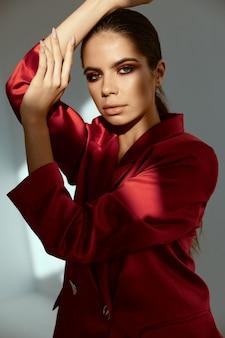 Femme en veste rouge maquillage lumineux glamour attrayant look