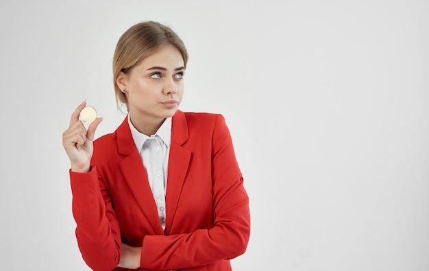 Femme en veste rouge, vous avez maintenant le financement du commerce électronique bitcoin crypto-monnaie.