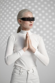 Femme en vêtements blancs et lunettes futuristes