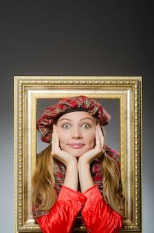 Femme en vêtements écossais dans le concept de l'art