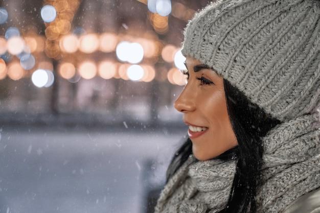 Femme en vêtements de laine en hiver.