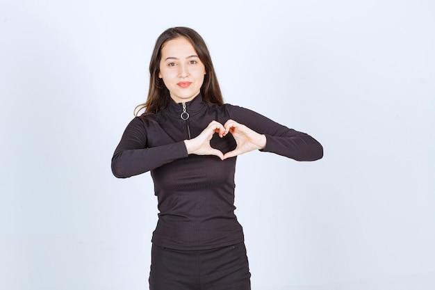 Femme en vêtements noirs se sentant belle et romantique.