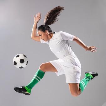 Femme, vêtements de sport, jouer football