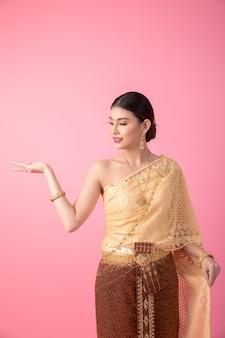 Une femme vêtue d'une ancienne robe thaïlandaise