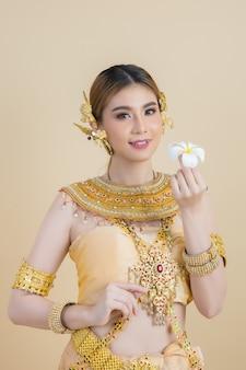 Femme vêtue d'une robe thaïe typique