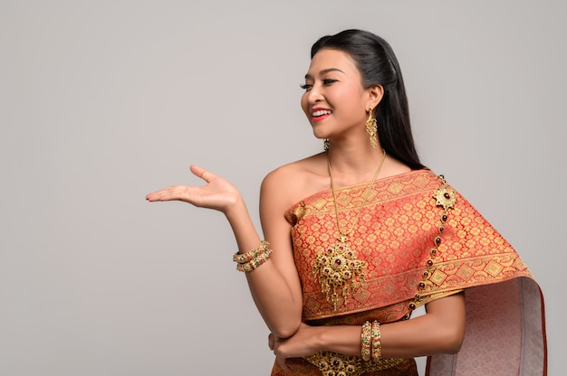 Femme vêtue d'une robe thaïlandaise faite d'un symbole de la main