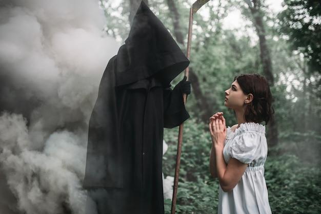 Femme victime et mort en sweat à capuche noir en forêt