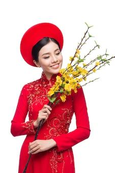Une femme vietnamienne du nouvel an portant aodai célèbre la fête du têt