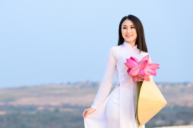 Femme vietnamienne avec des vêtements traditionnels