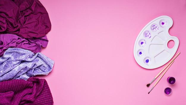 Femme violette et palette d'artistes