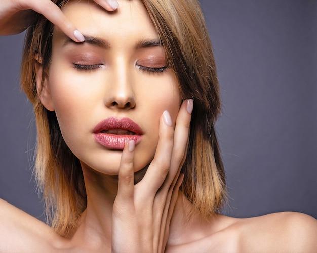Femme avec un visage de beauté et une peau propre.