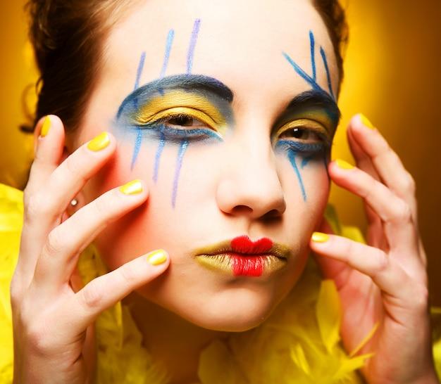 Femme avec visage créatif