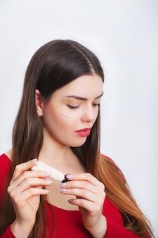 Femme, visage sain, appliquer, crème cosmétique, sous les yeux