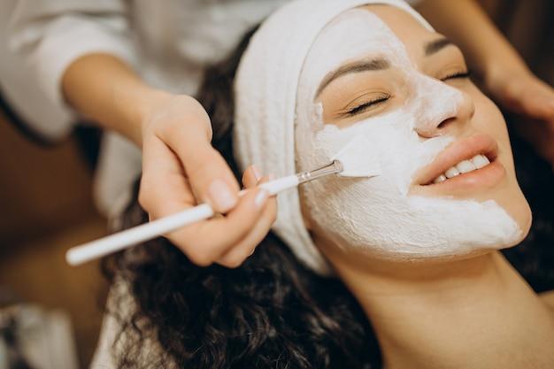 Femme visitant le cosmétologue et faisant des procédures de rajeunissement