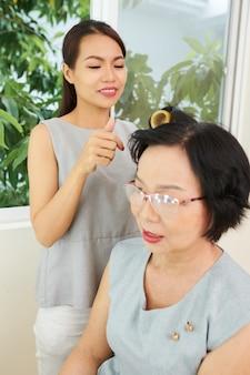 Femme visitant un salon de coiffure
