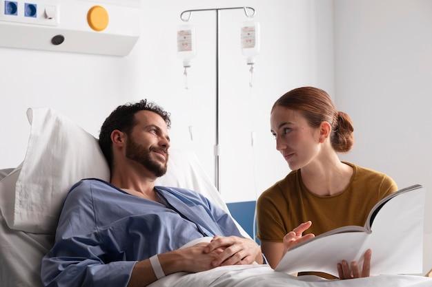 Femme visitant son mari malade