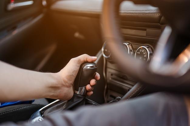 Une femme en vitesse p pour garer et vérifier ses voitures avant de partir pour sa sécurité avant de conduire