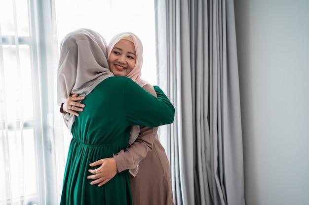 Femme voilée embrasse et embrasse sa sœur lors de la rencontre
