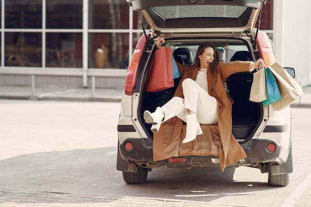 Femme, voiture, achats, sacs