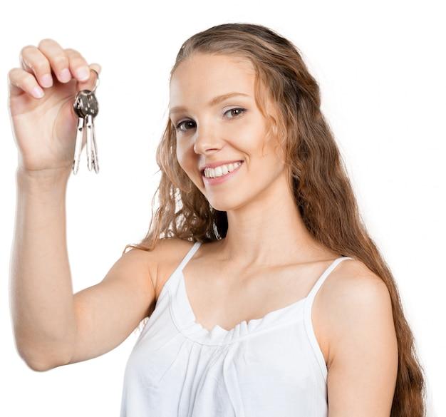 Femme avec une voiture clés