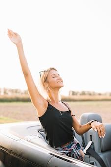 Femme, voiture, main levée